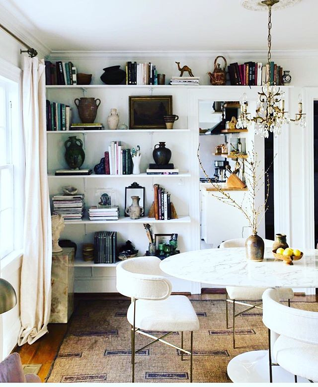 Cloudy days can't bring me down with this beauty of a space. // 📷 @apartmenttherapy @carlaypage // #interiordesign #interiordesigner #diningroom #smallspaces