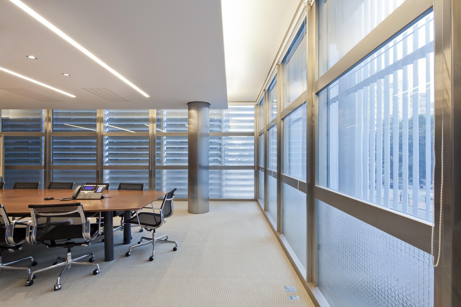 à direita veem-se as janelas e brise-soleils  a iluminação complementar é em barras de LED e perfeitamente amalgamada à luz natural
