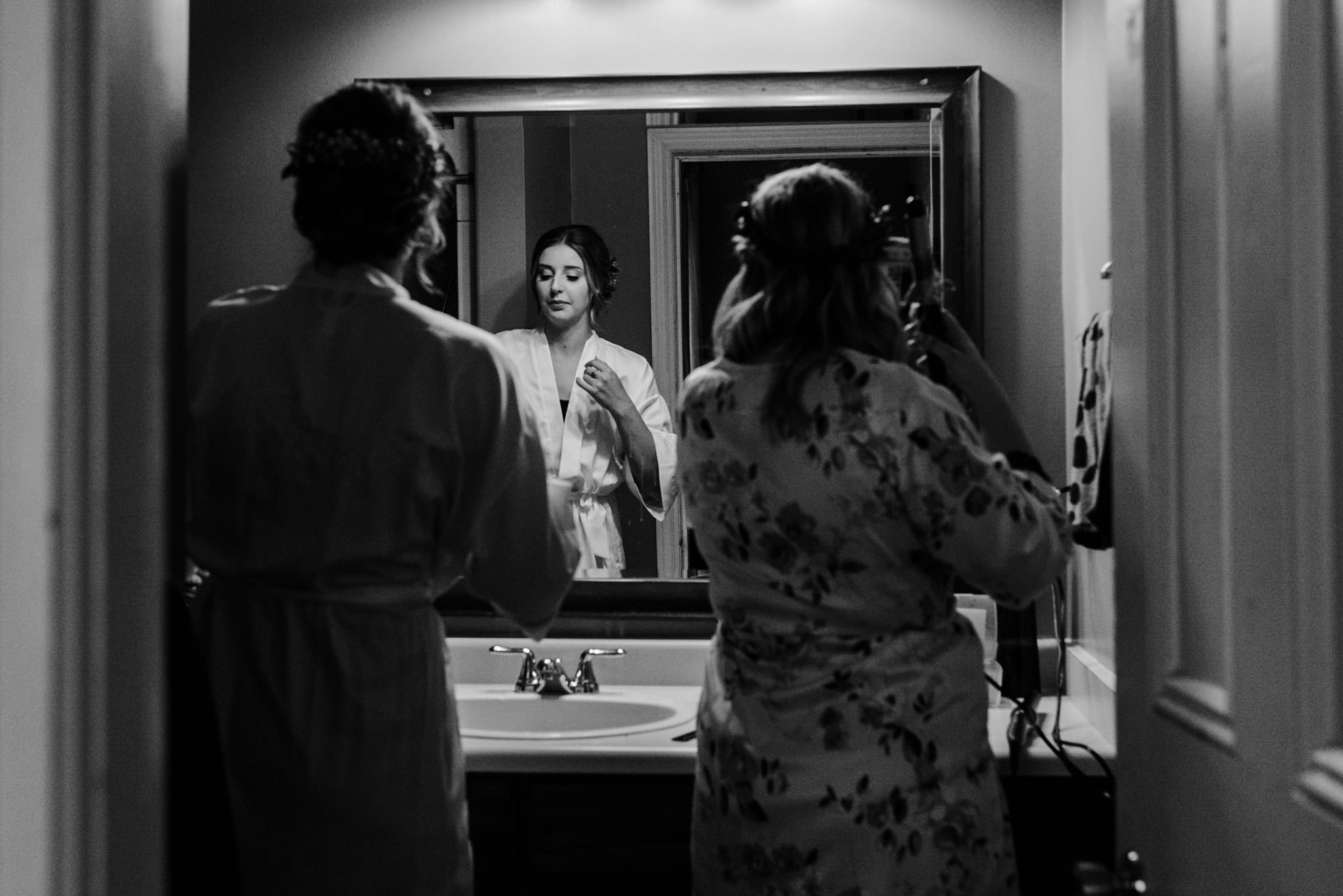 206-bride-getting-ready-with-bridesmaids-black-white-toronto.jpg