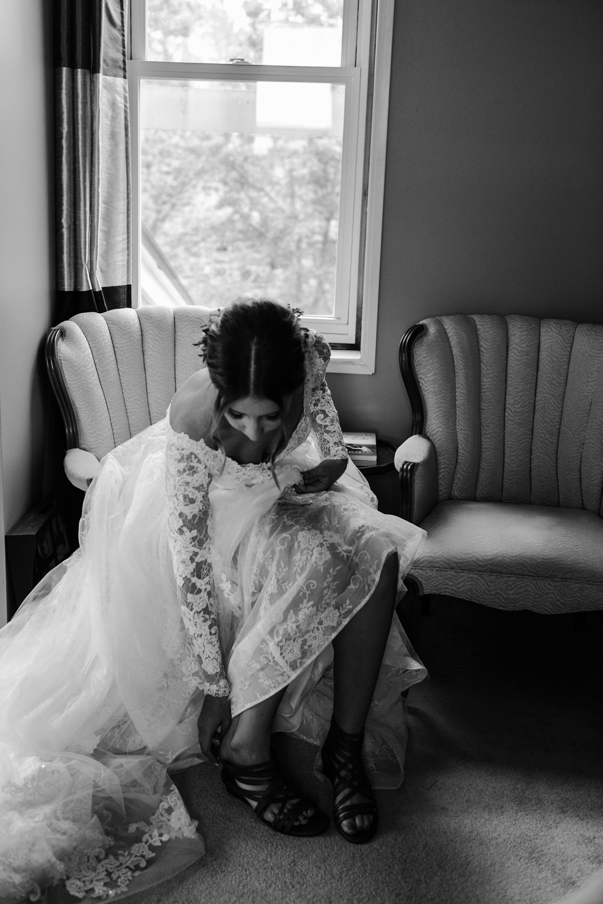 201-bride-toronto-photographer-ottawa-reading-letter-from-groom.jpg
