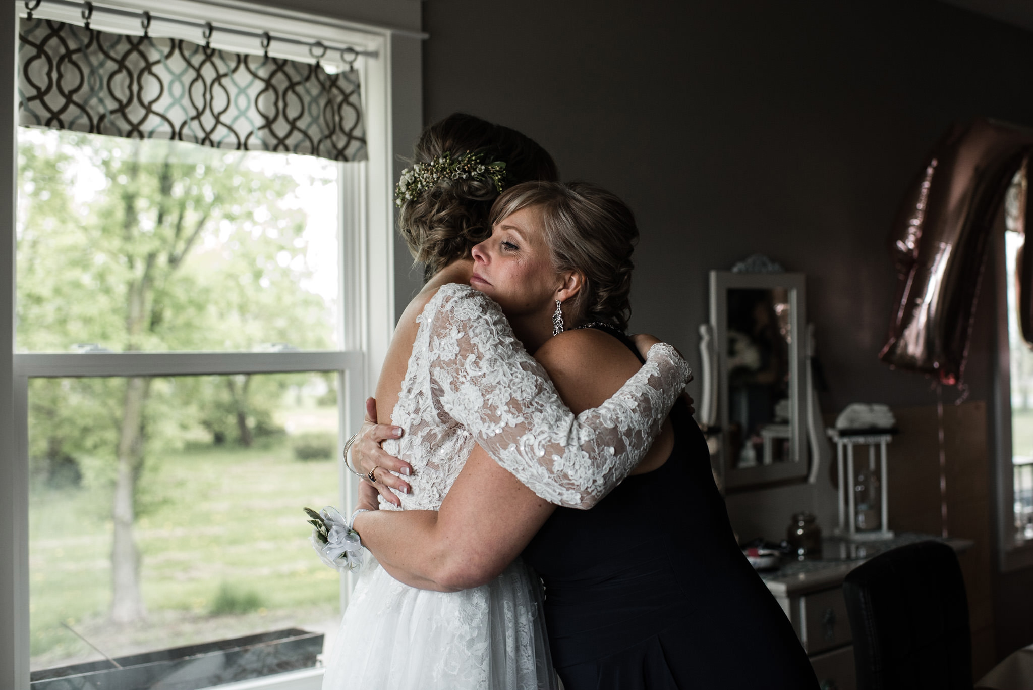 197-mother-daugther-moment-hug-before-wedding-toronto-ottawa.jpg