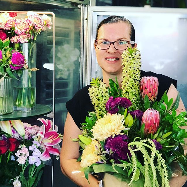 Lots of beautiful arrangements about to be delivered #busyday #flowers #goldcoastflorist #goldcoastflowers #goldcoastflowersdelivered #paradisepoint #paradisepointflorist