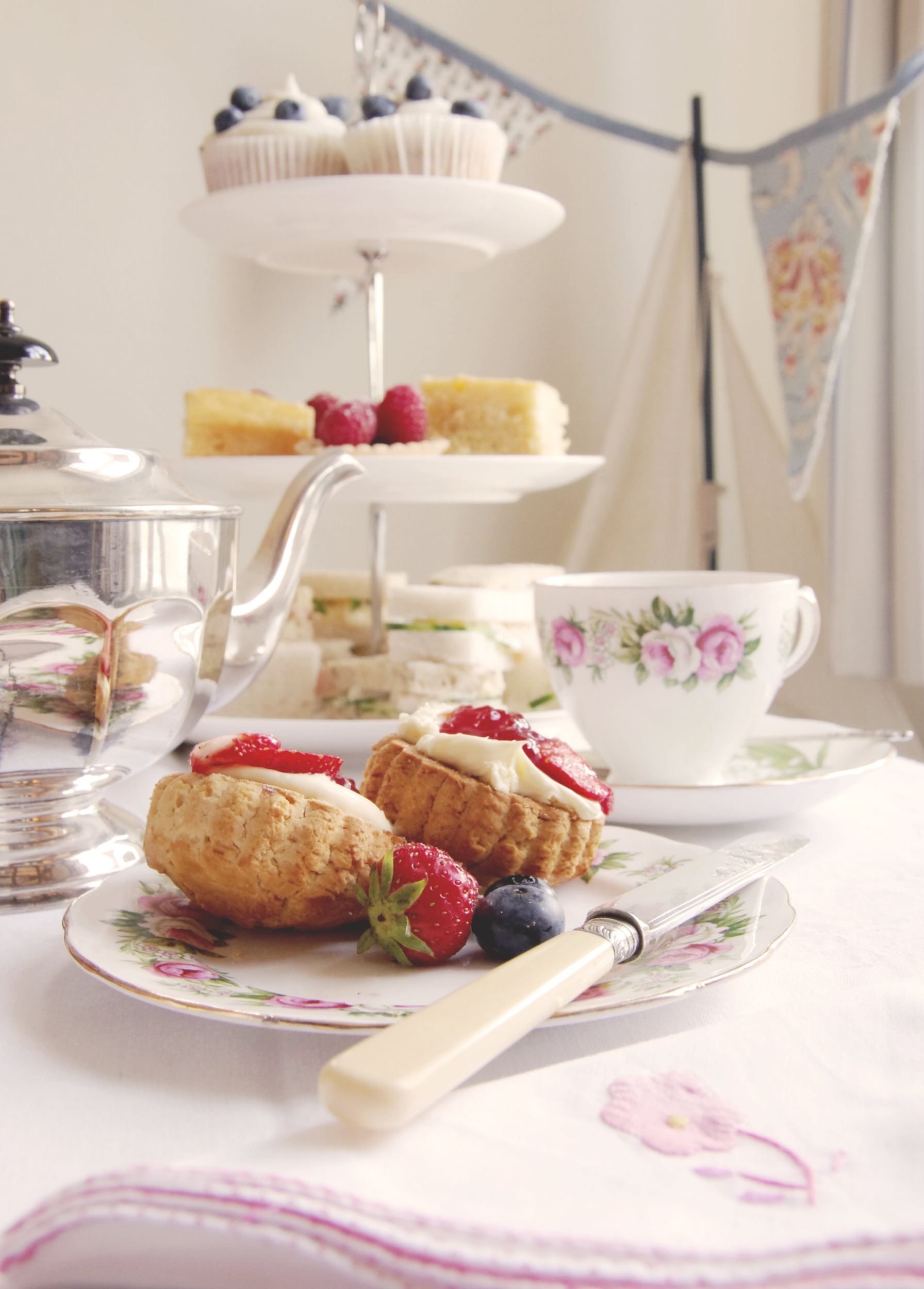 Scones with fresh strawberries, jam and clotted cream
