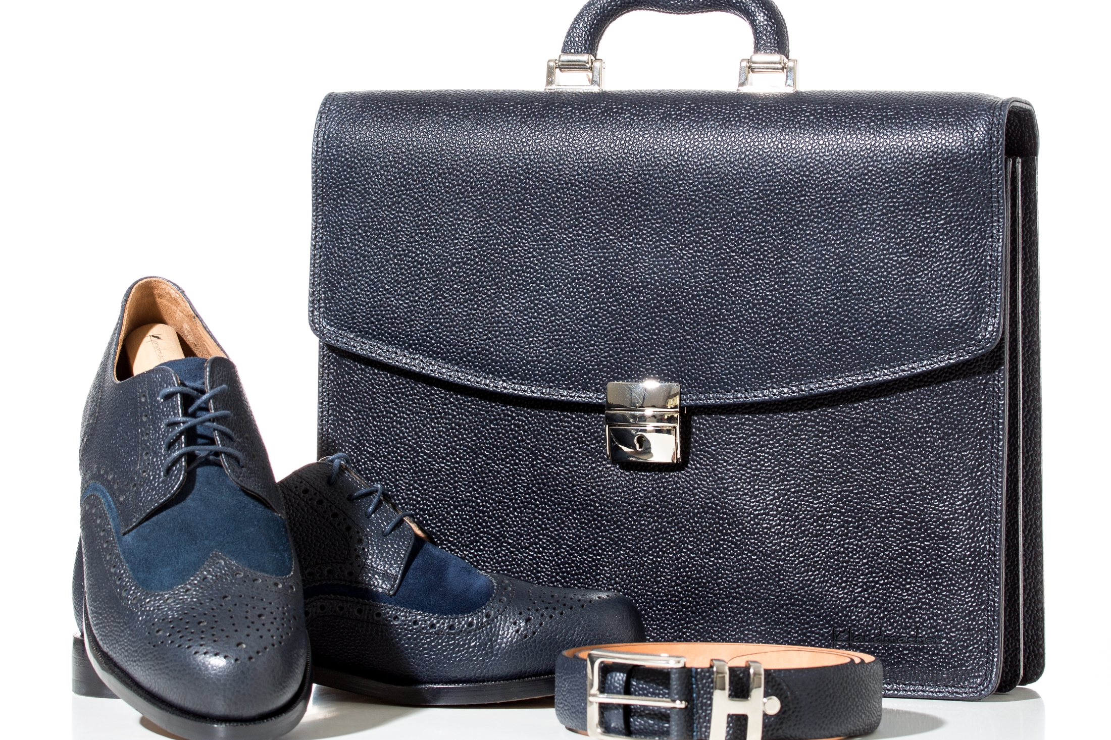 Schuhe & Gürtel - Handgemachte Schuhe, traditionell holzgenagelt aus Kalbleder. Gürtel und Aktentasche im Schuhleder kombinierbar.