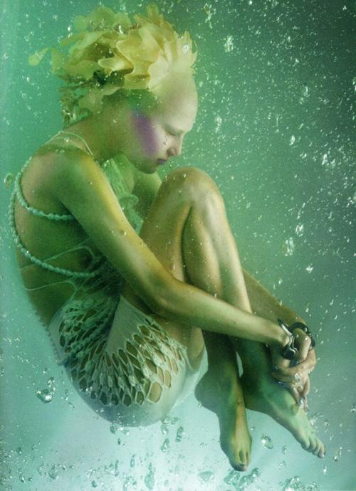 4610The_Girl_from_Atlantis_avec_Alla_Kostromicheva_par_Solve_Sundsbo_pour_Vogue_Nippon_Mai_2010_9.jpg