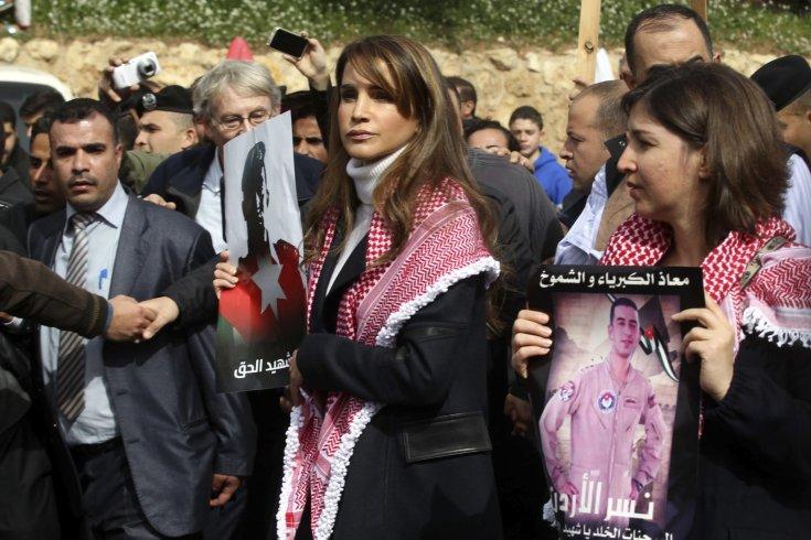 jordans-queen-rania-c-holds-picture-recently-executed-jordanian-pilot-muath-al-kasasbeh.jpg