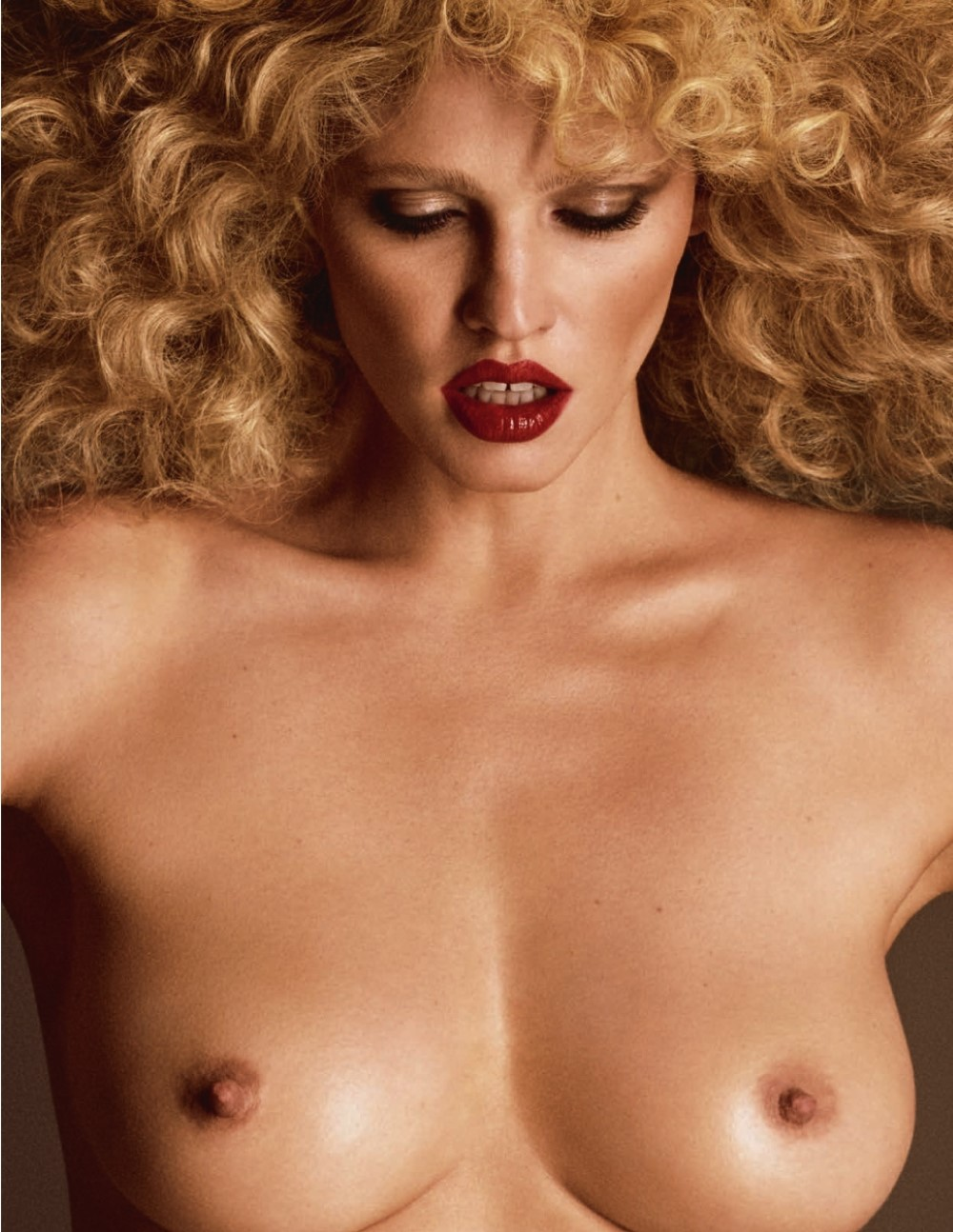 LUI-December_2015-January_2016-22-Lara_Stone-by-Luigi_and_Iango.jpg