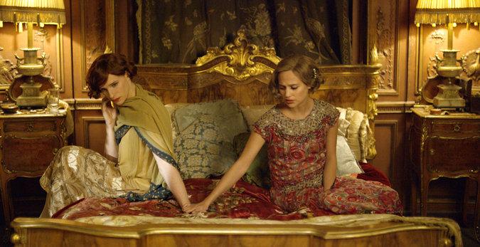 Eddie Redmayne (l) and Alicia Vikander (r)  in 'The Danish Girl'