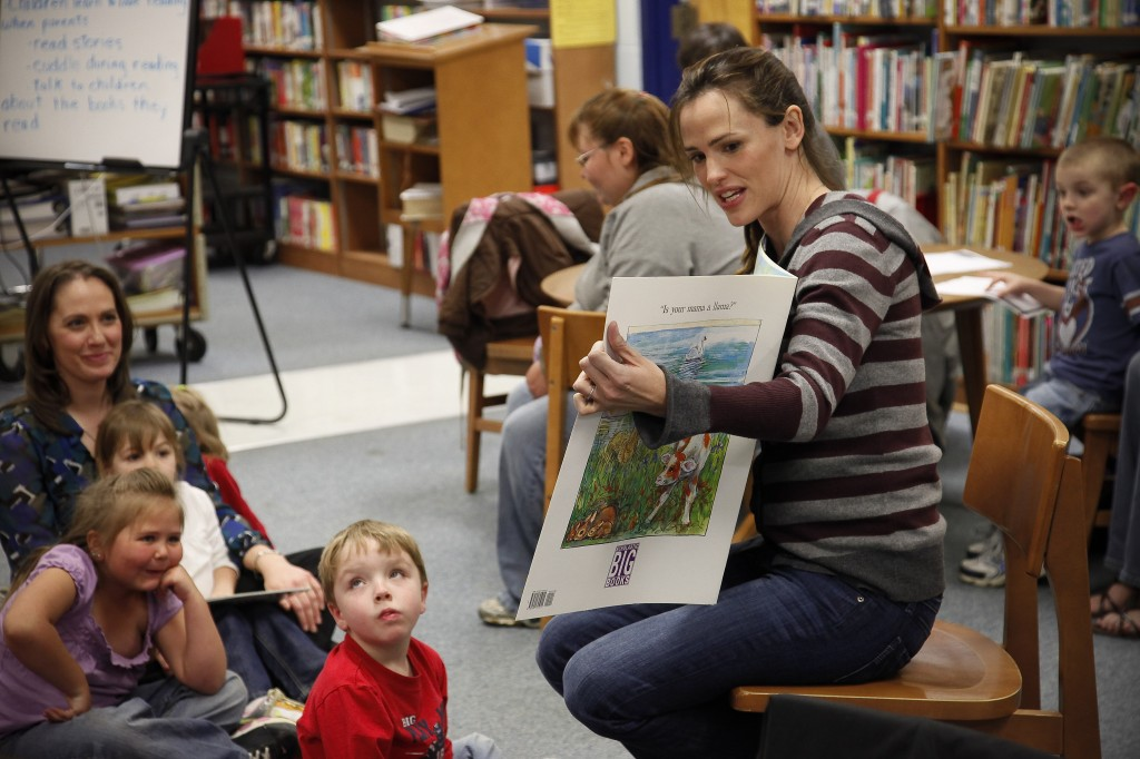 Actor Jennifer Garner visits with school children who are participants of a Save the Children reading program at LBJ Elementary School in, Ky. Photo by David Stephenson