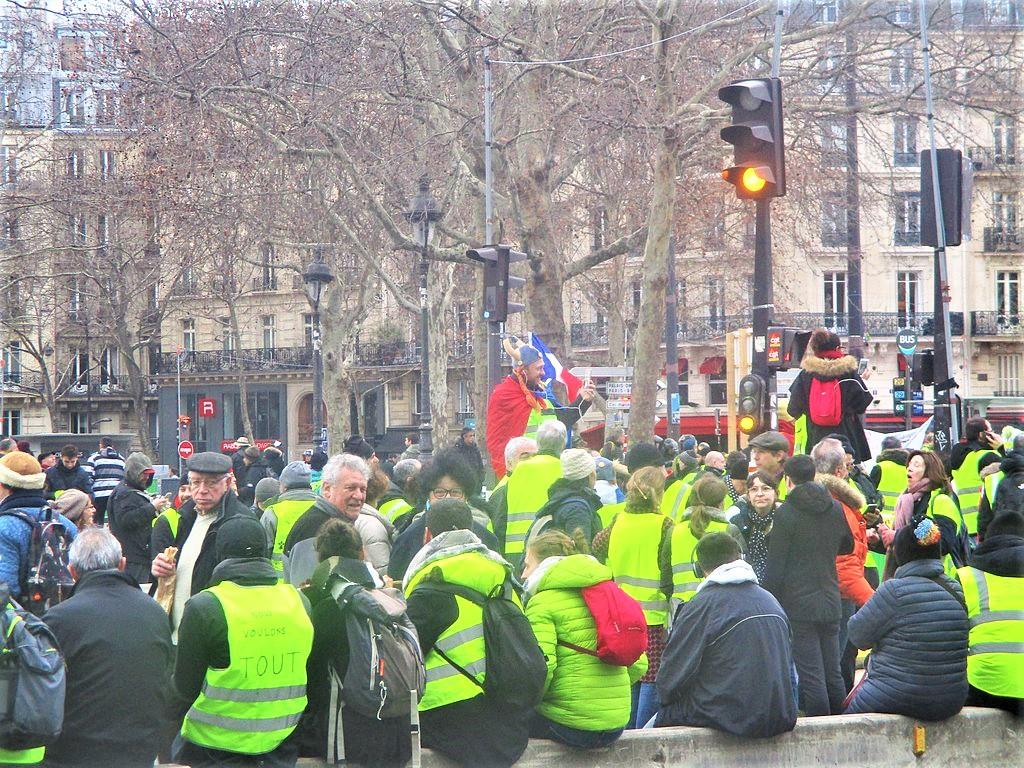 Gilets jaunes empêchés de rejoindre la place de la République et attendant d'être débloqués de la place de la Bastille par les forces de l'ordre. 26 janvier 2019.. By Thomon - Own work, CC BY-SA 4.0.  via Wiki Commons.
