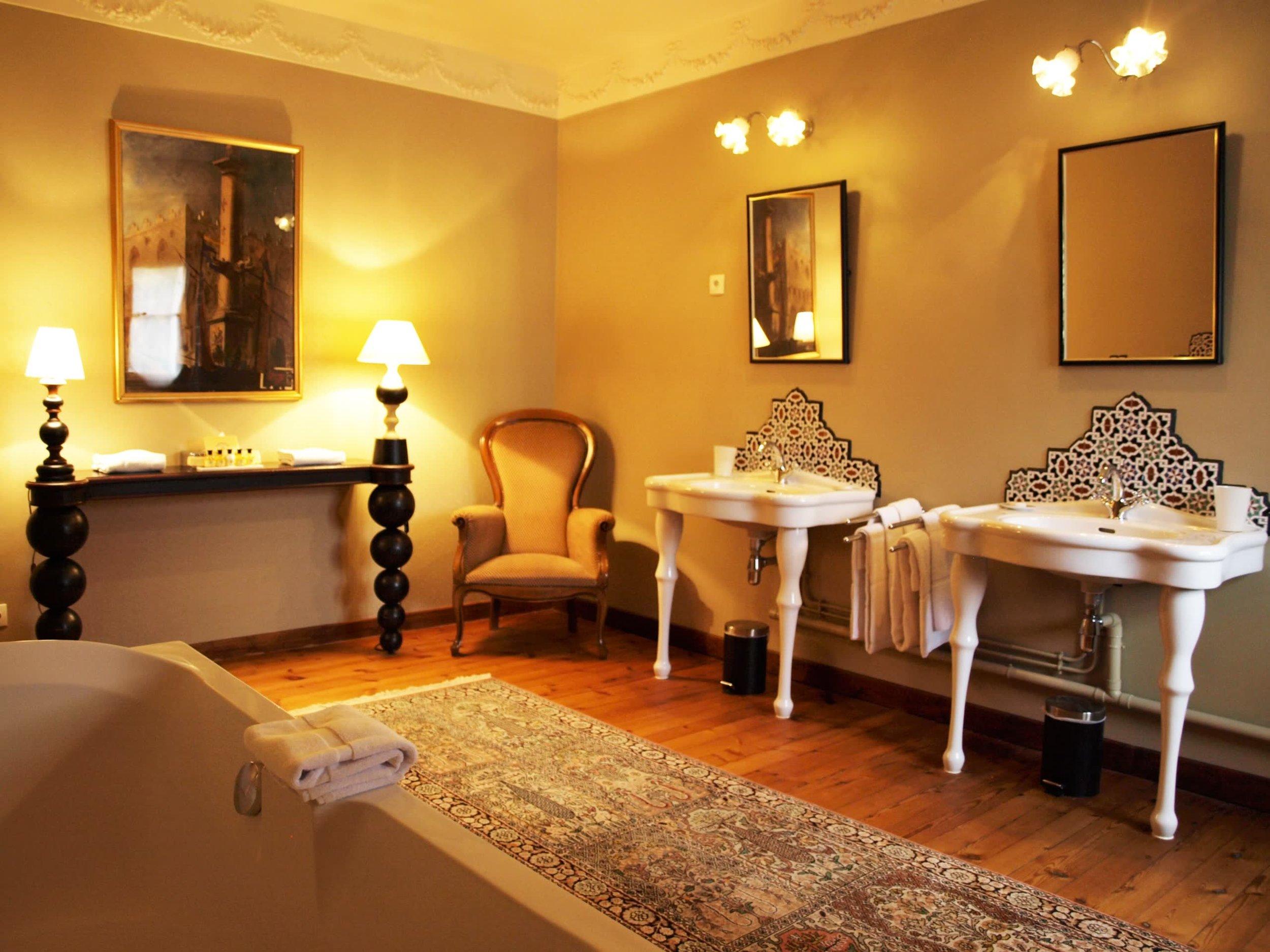 Chateau de la Pommeraye - charming boutique hotel chateau b&b spa normandy calvados bedroom Pensées 5(2).jpg