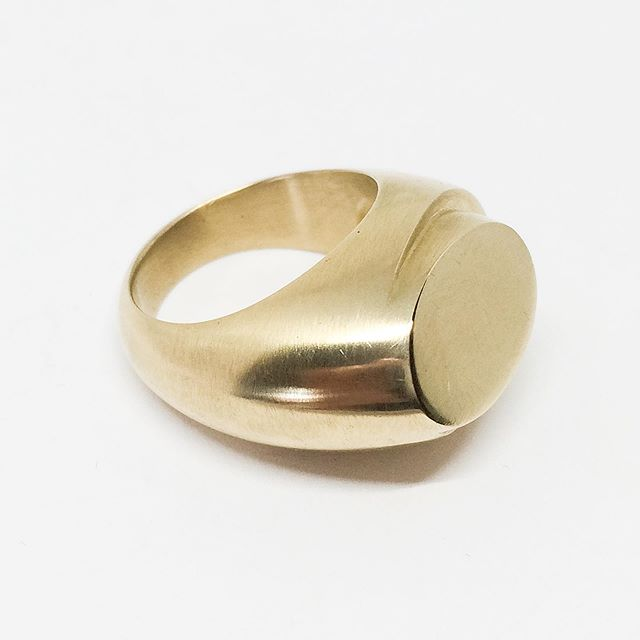 2 step oval signet ring in 18k gold