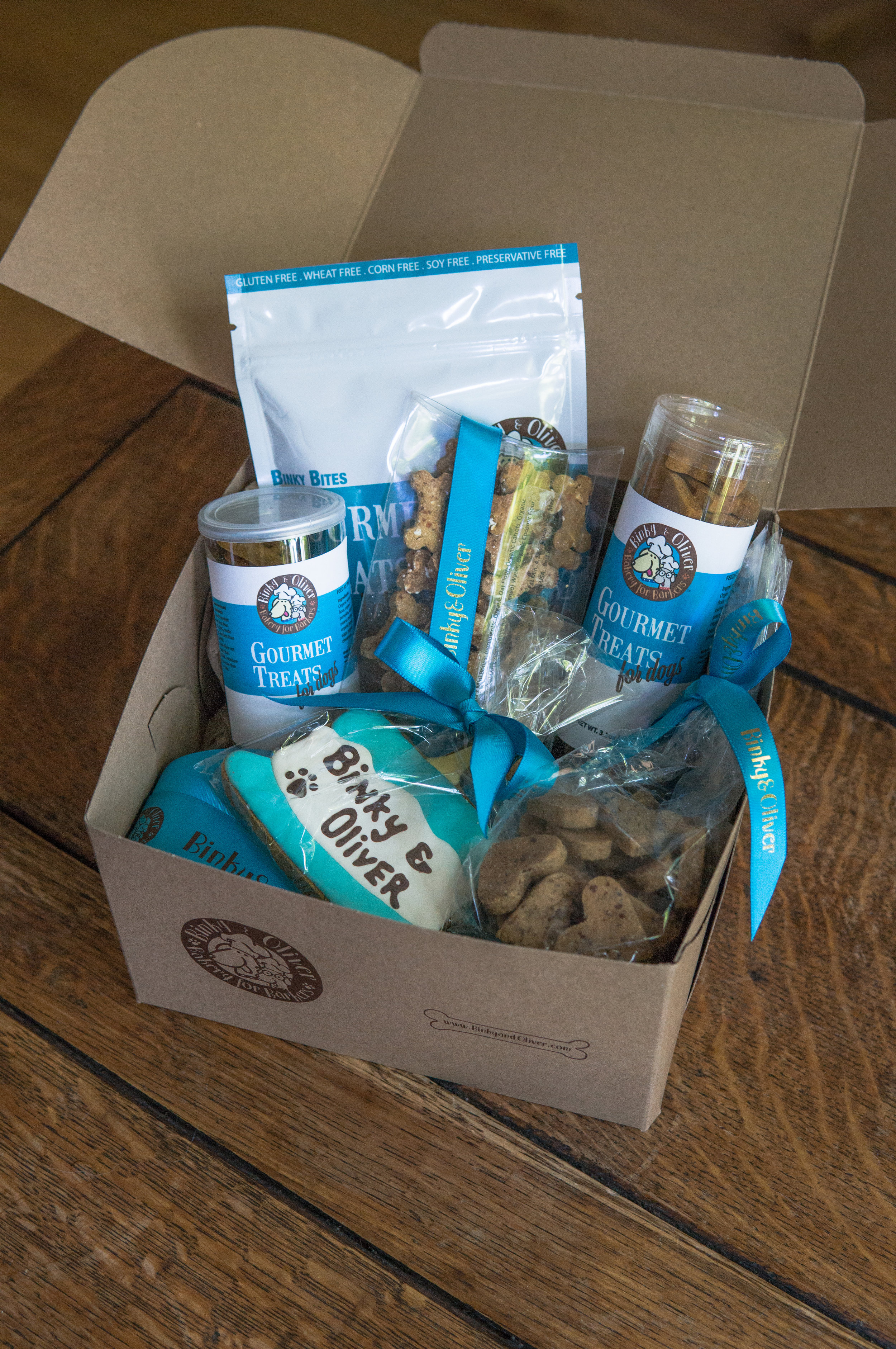 Look how cute our box and noms were packaged! In our box, we received 5 bags of treats + 1 big cookie with icing. Yum!