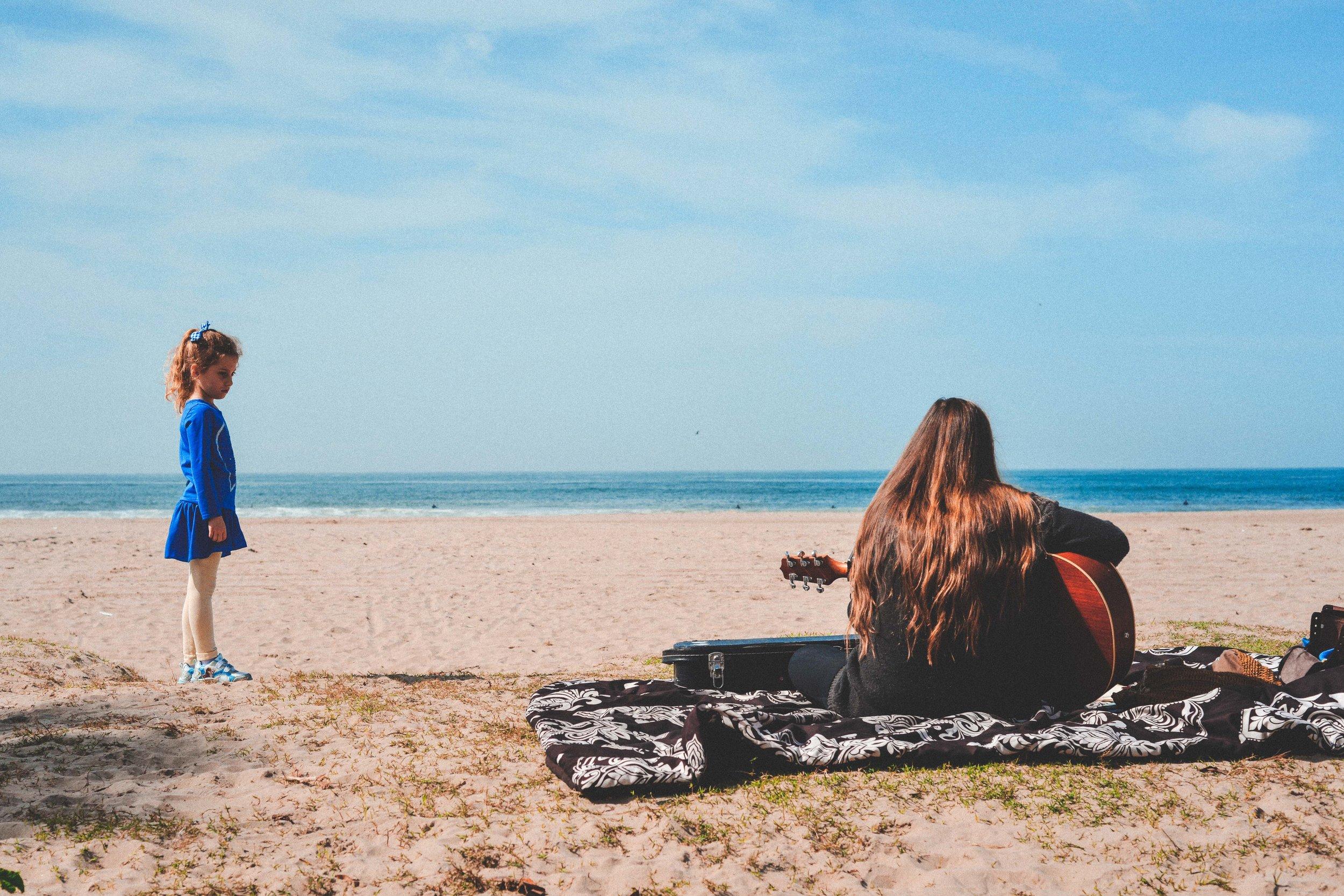 ryan thompson creative photography - girl and girl on guitar