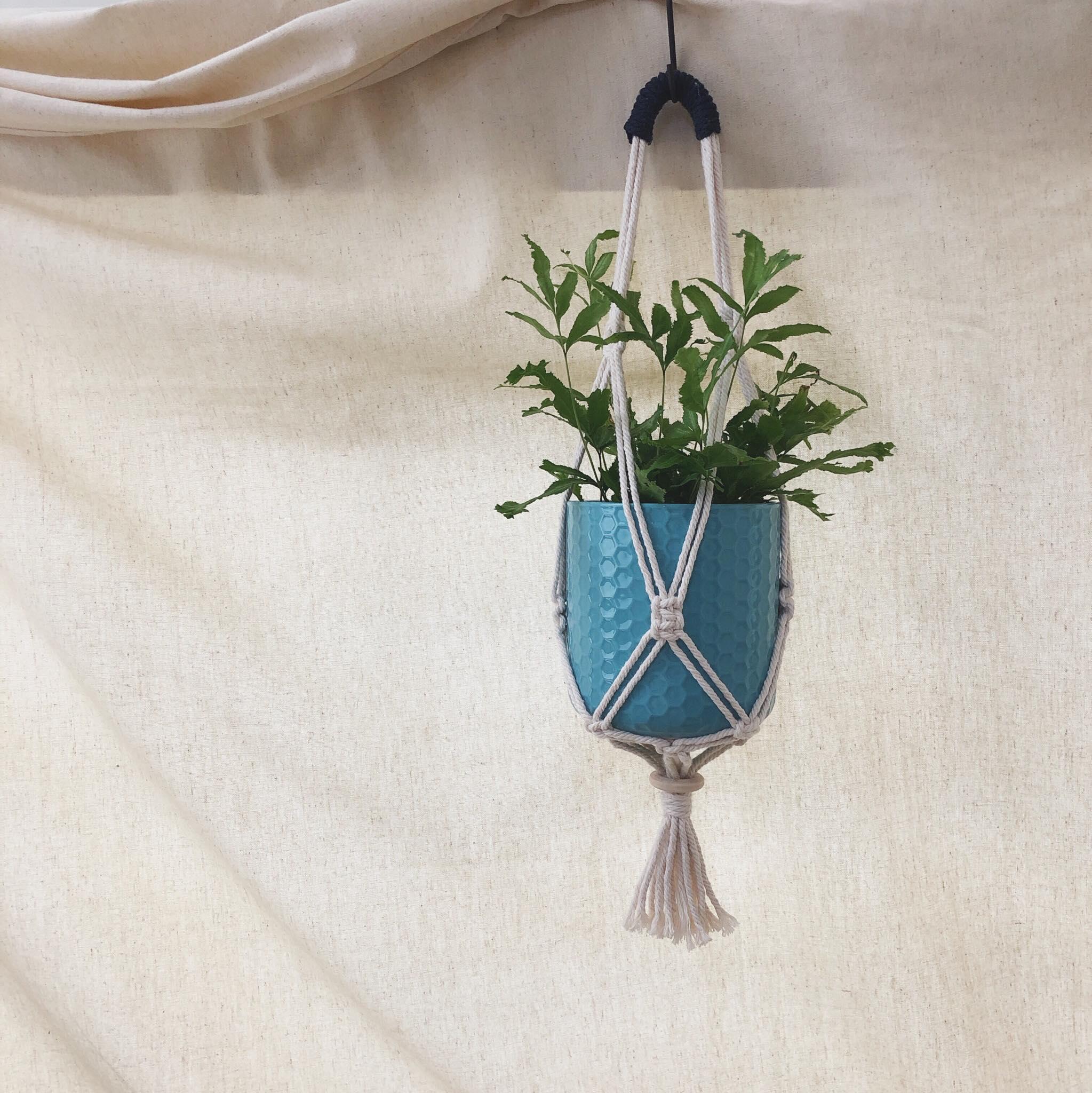 | macramé 花編結 手編容器提袋 |  以花編結製作提袋,可依您需求放置, 盆栽、水果、水壺、便當盒等容器~  時間 | 13:00-15:00 地點 | · 療 物 販 · 攤位