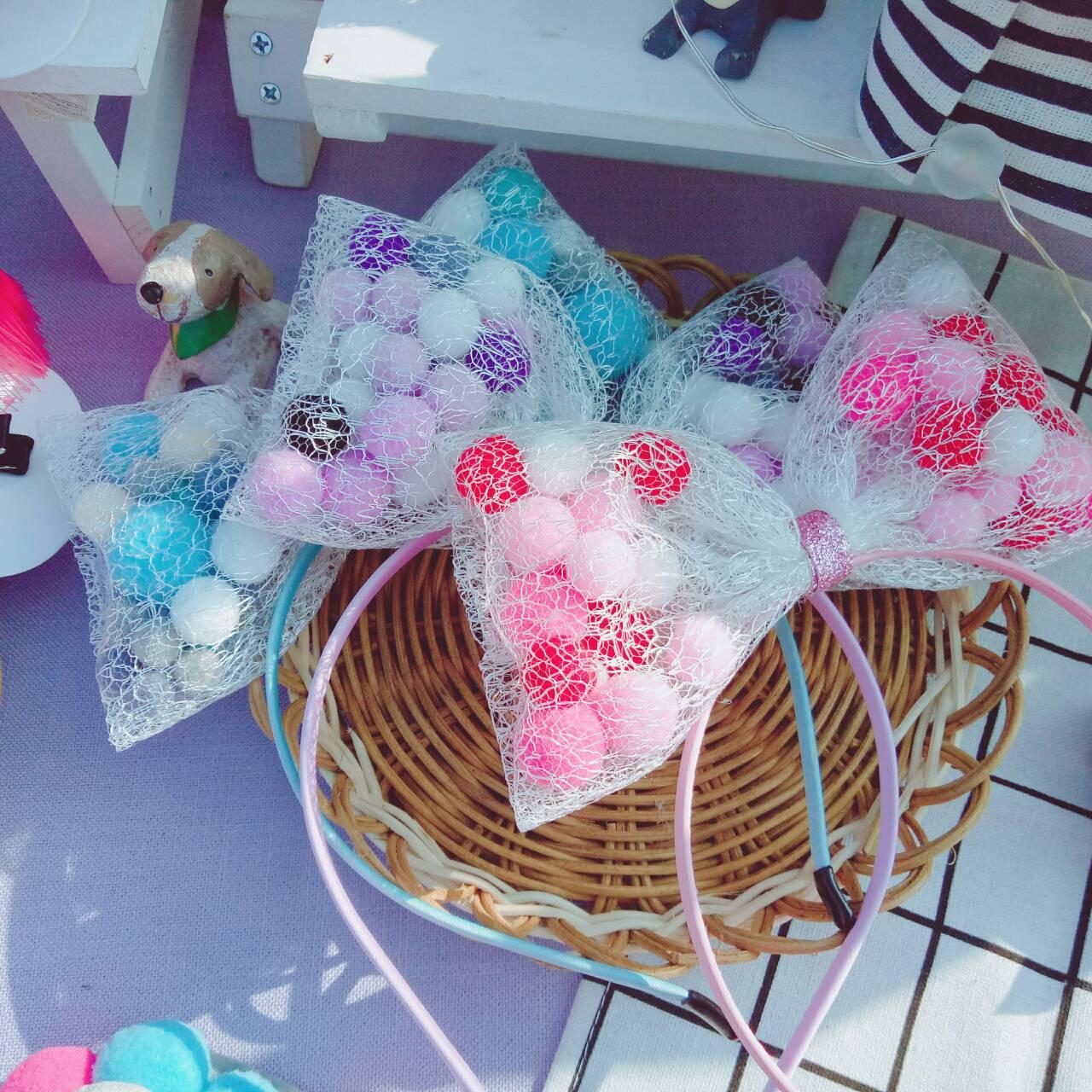 | 毛球蝴蝶結髮箍-手作體驗課 |  一起製作女孩們夢寐以求的毛球蝴蝶結髮箍!  時間 | 14:00~15:00 地點 | 咩兔逛花園 攤位