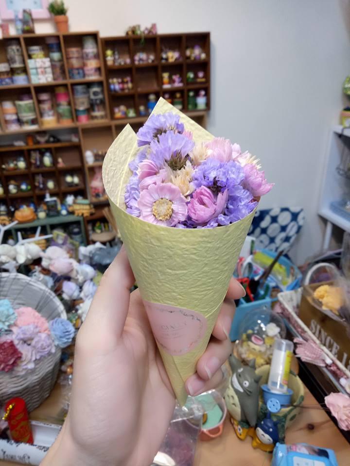 | 甜筒乾燥花 DIY  |  介紹乾燥花材、包裝紙材、等等花藝知識。 學習抓花和花面排列與包裝的技巧, 讓大人小孩皆能包出美美的甜筒花。  時間 | All time (10~15min)  地點 | 噗囉麻手創窩 攤位