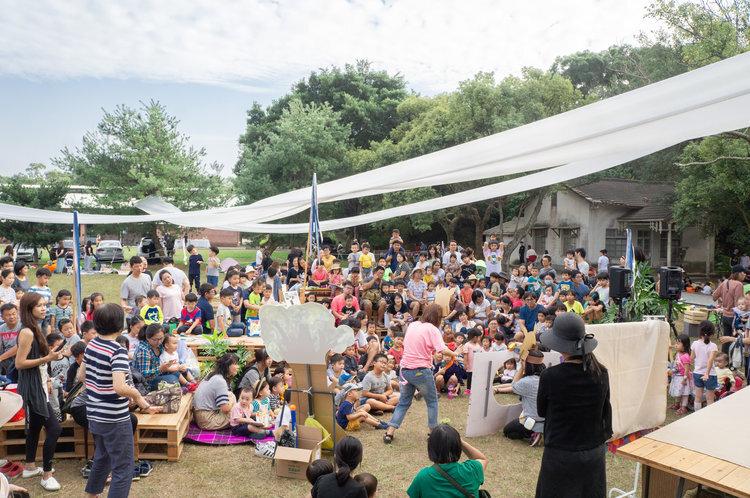 | 說故事時間 | 草地閱讀區   在台灣已經說了超過四千場的故事,讓數十萬個孩子聽見的陸爸爸,  在書市野餐日繼續說故事給大家聽!  活動時間| 14:30~15:30  適合對象| 喜歡聽故事的大小朋友  免費參與| 戶外座位、自由入場