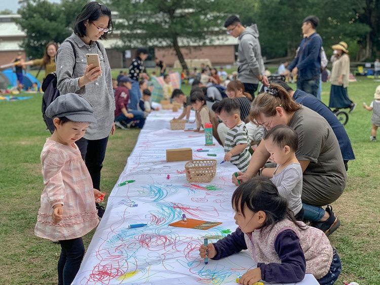 | 大地塗鴉 |   白紙、綠地、彩繪用具, 免費提供大小朋友, 在草地上盡情的畫畫、隨手塗鴉。  活動時間|10:00~17:00  免費參與|歡迎大家一起免費玩、一起愛惜用具