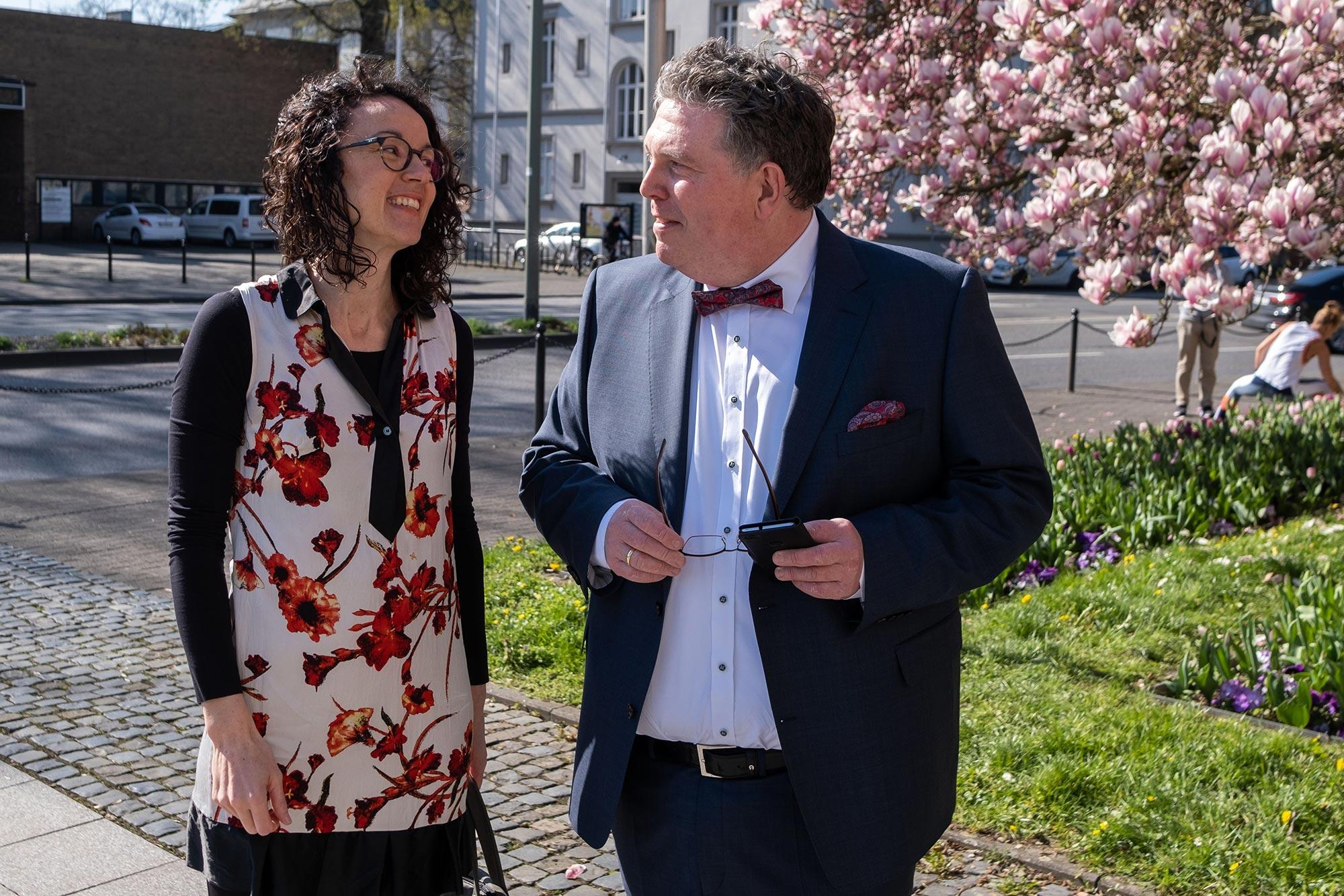 Staatsministerin Angela Dorn und Dr. Marcus Kiefer vor dem Stadttheater