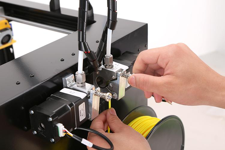 Tighten the black screw to fix the filament with the clamp
