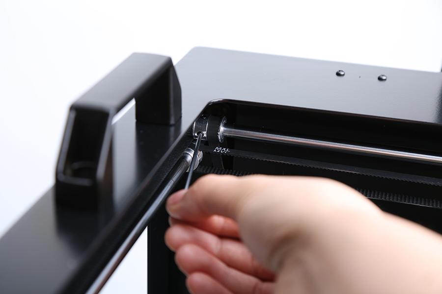 Loosen the screw on the synchromesh gear