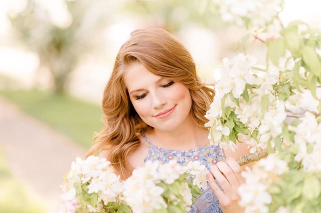 This senior deary was a total natural and of course, you can never go wrong when surrounded by beautiful blooms! 💕💕💕 . . . . . . #seniorologie #seniorstyleguide #seniorstyle #mdrnsenior #seniorchic #senioryearmagazine #seniorinspire #theseniorcollective  #senior #ssgmagazine #thelovelysenior #seniorsociety #senior #seniorphotography #theseniorwave #thetwelfthyear #julierashellephotography #indianaseniorphotographer #monticelloindiana #seniorpictures #seniorologie #westlafayetteindiana