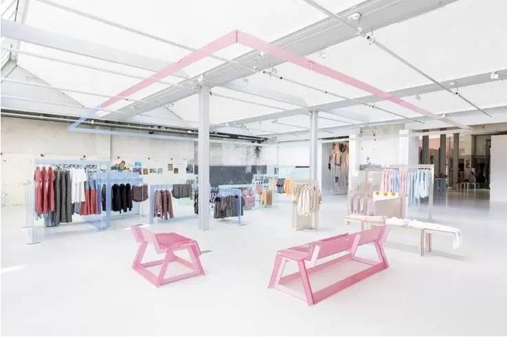 Esprit, Amsterdam. La palette caractéristique de la fin des années 1980 du mobilier pastel de la boutique popup et la lueur ambiante de la boutique mettent en valeur la sensation estivale légère de la collection.