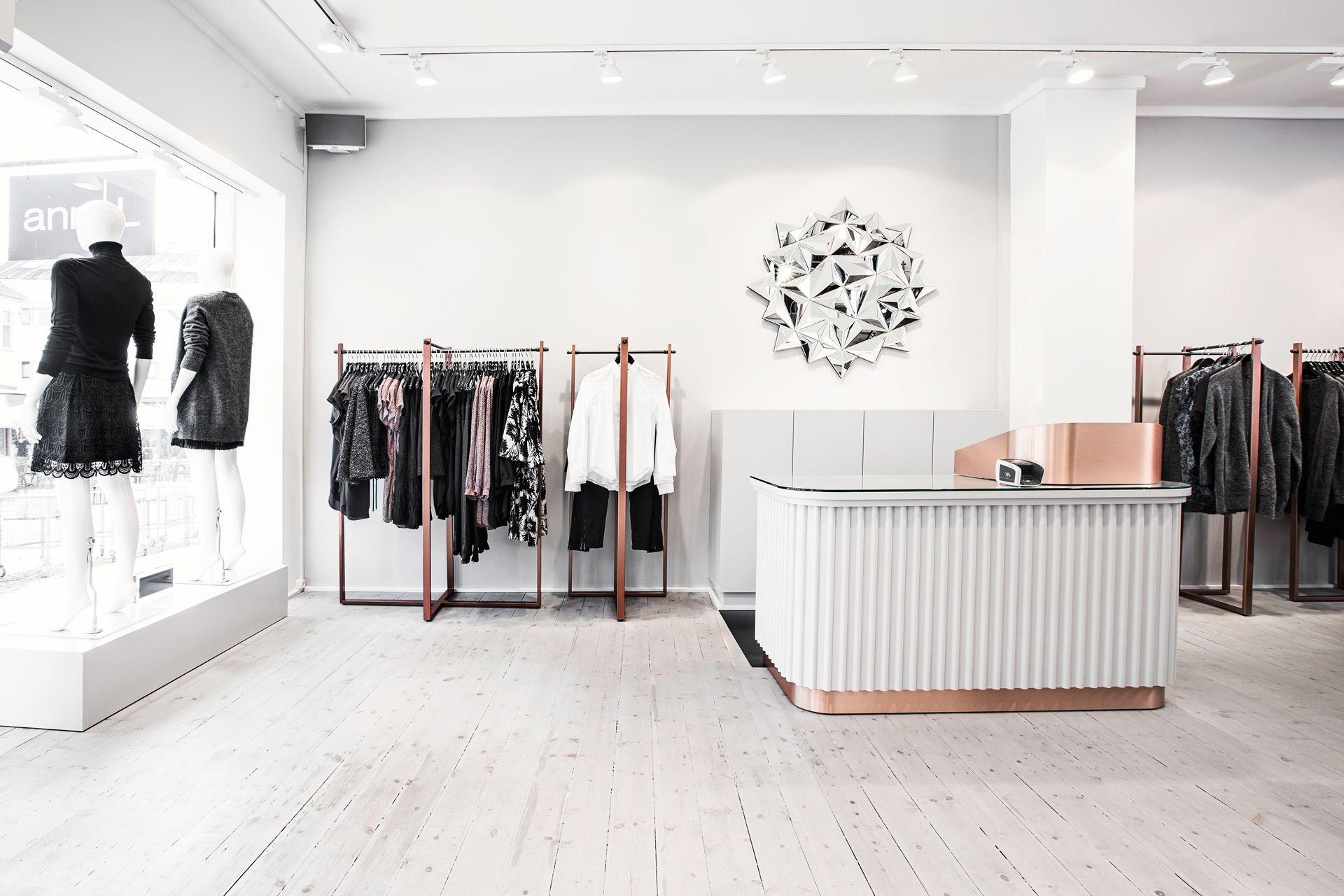 Ann-Lin Holbæk, Danemark.Les éléments blancs dominent la décoration intérieure, et l'espace privatisé, autour du magasin, permet au client de respirer et de profiter au mieux de sa séance de shopping.