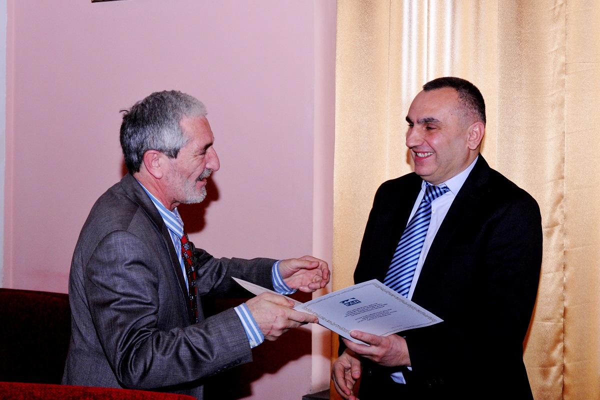 8 Bagrat Sargsyan giving winner certificates to  Principle Investigators.JPG