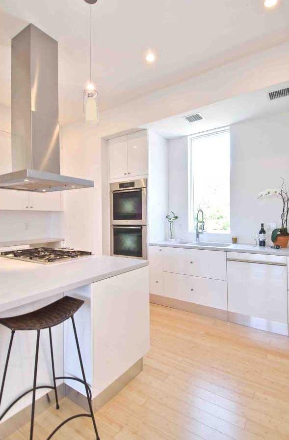 Hampton_Design_Montauk_contemporary_kitchen_02.jpg
