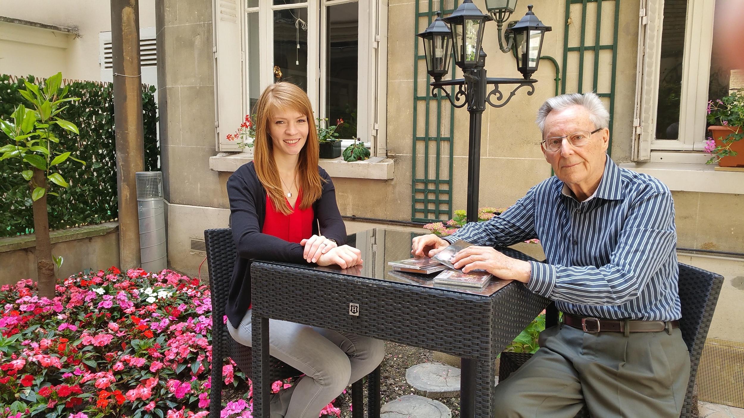 Roger let Laura dans le jardin.jpg
