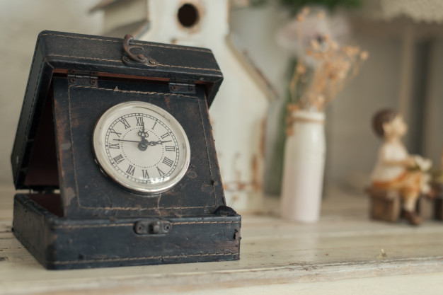 clock-on-a-wooden-background_1253-1450.jpg