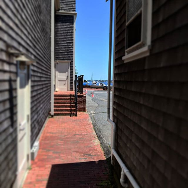 Even the alleyways have water views 🌅👍 Just steps from our front door, this alley runs between @nantucketdreamland and @nixbrewpub. A senic shortcut on the way to the wharves.  Book direct at @hawthornhouseack and save on the best location in downtown Nantucket #waterfront #nantucket #smallhotels