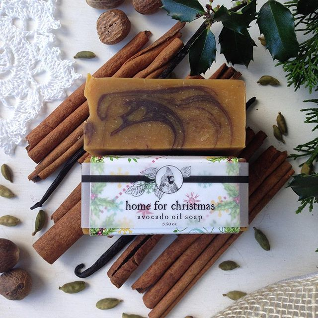 🎄 Home for Christmas Avocado Oil Soap debuted last year and quickly outsold all the other soaps in a few short weeks! 👃🏻This bar smells deliciously of Cinnamon with notes of Tangerine, Cardamom and Nutmeg. Swirled with Pumpkin Purée and Cocoa Powder, this bar is chock full of yum!  A real crowd pleaser- perfect for gifting.