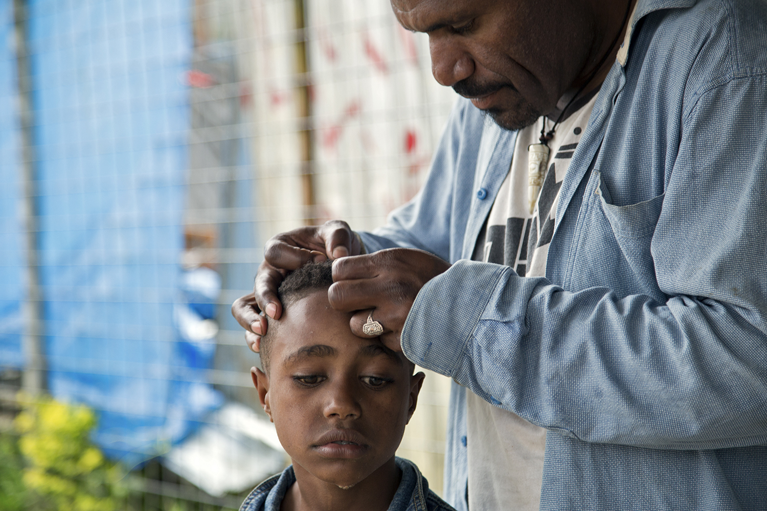 Checking for lice, Mugalep Village, Porgera, 2015