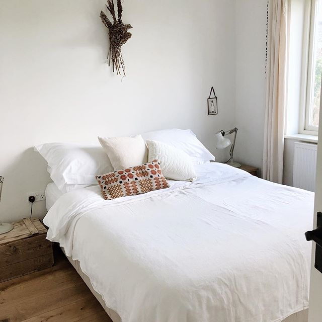 Liveky creamy soft bedroom to sleep in. #kindlecuriosity #hyggehome #wearerhemakers #newportpembs #acottage #daysofsmallthings #slowdownwithstills #westwales #pembrokeshirenationalpark #slowliving #smallmomentsofcalm #coastalstyle #foundforaged #interiordesign #myhousebeautiful #ihavethisthingwithtextiles #simpleystyleyourspace #designsponge #homewithrue #slowliving #currentdesignsituation #sodomino #coastalstyle #mountainview #awakethelight #happy