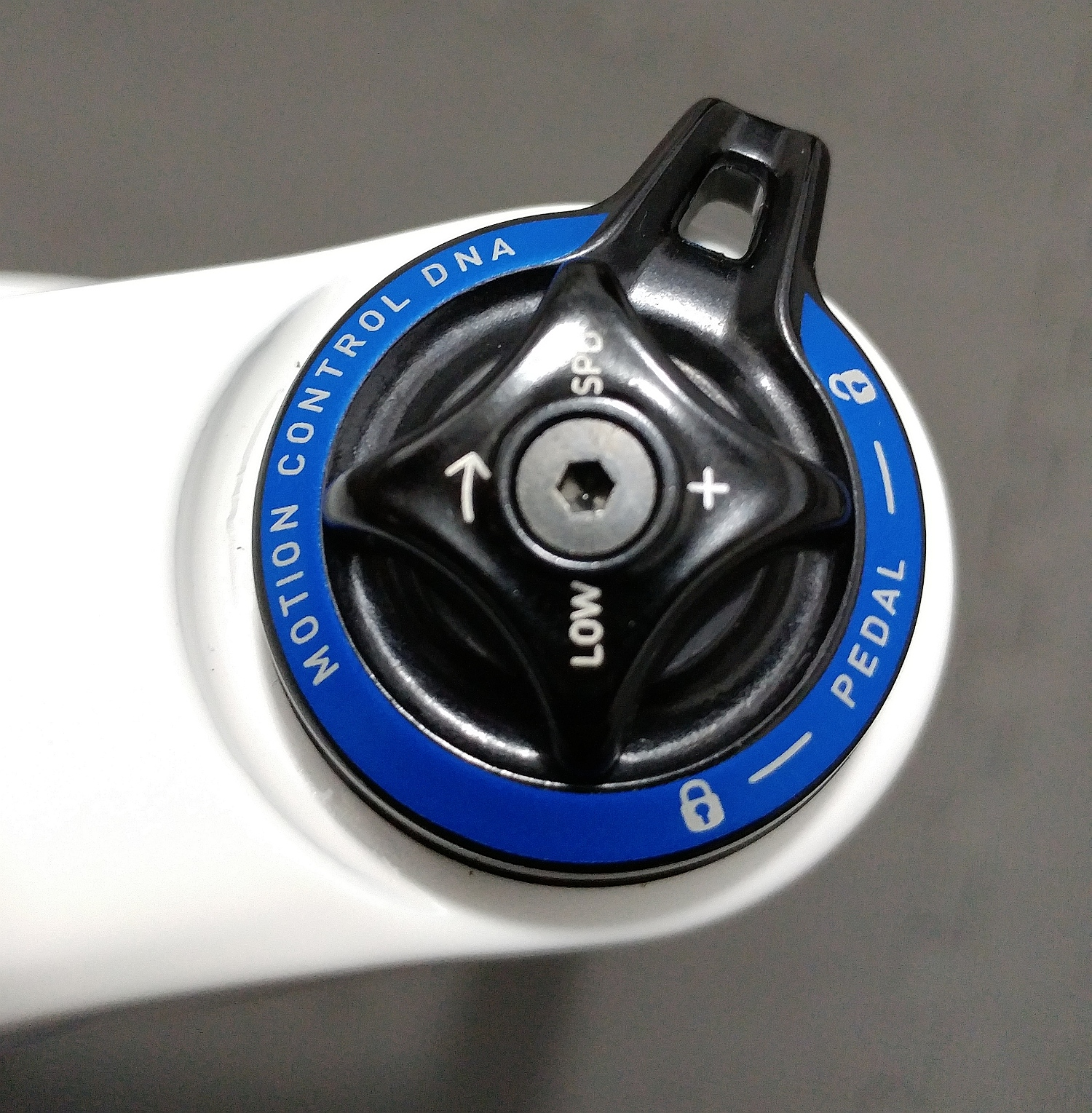 BLUTO RCT3 - Low Speed compression dial with Lockout switch