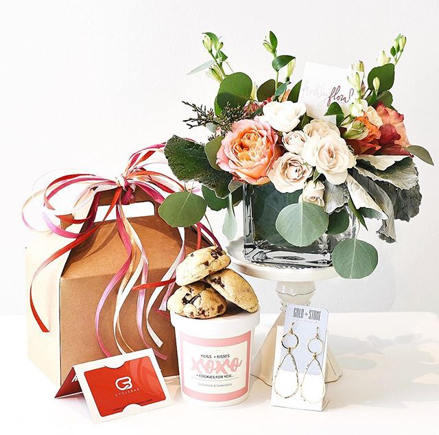 Valentine's just got a whole lot easier.  We partnered up with some local Memphis companies to bring you the perfect gift bundle for your valentine - including a @freshlyfloralbyhaley arrangement, pair of @shopgoldandstone earrings, two @cb_germantown classes (1 for you + 1 for your person — its a date) & three delicious @confections_and_connections choc chip cookies. Head to freshlyfloral.com to learn more! ❤️