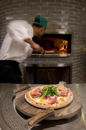 Prosciutto+e+Arugula+–+Tomato,+buffalo+milk+mozzarella,+prosciutto+San+Daniele,+arugula,+parmigiano+shards.jpg