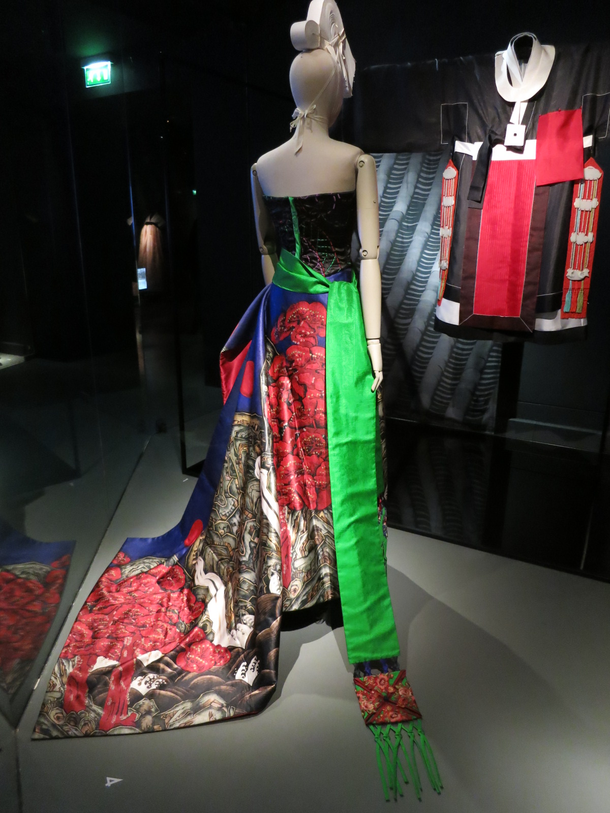 'Korea Now' exhibition at the Musee des Arts Decoratifs. Closes on the 3rd January 2016. Contemporary Ceremonial Korean dress