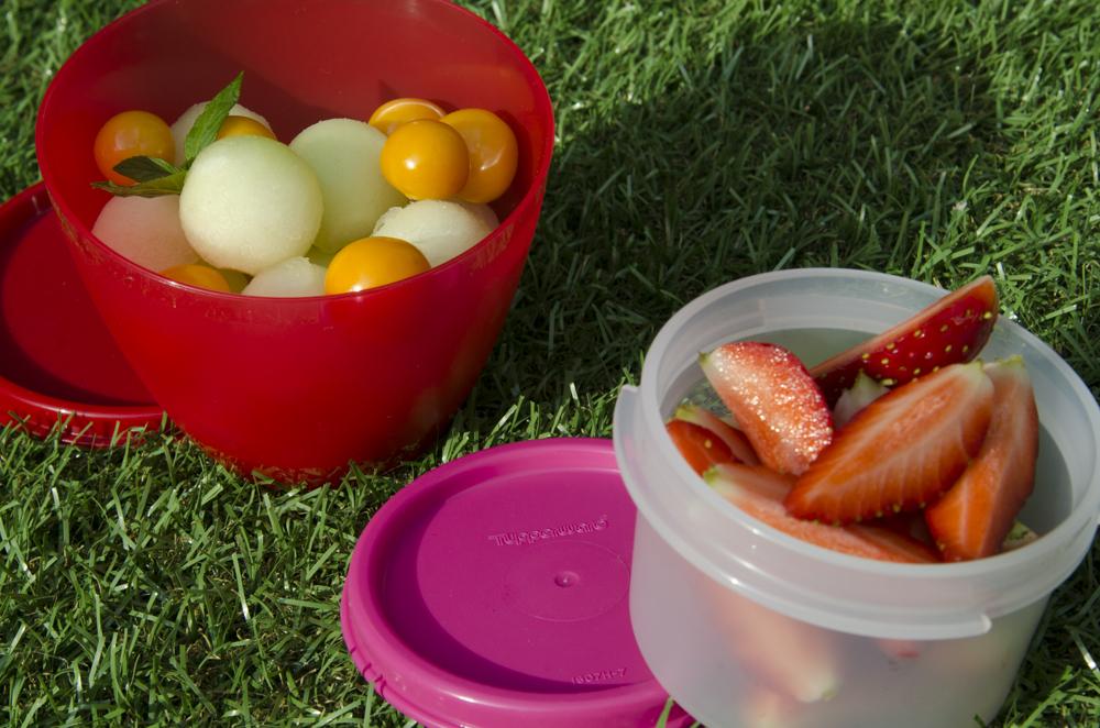 Bolitas de Melón (puede ser sandía o melón cantaloup) y uchuvas; fresas en cuartos.
