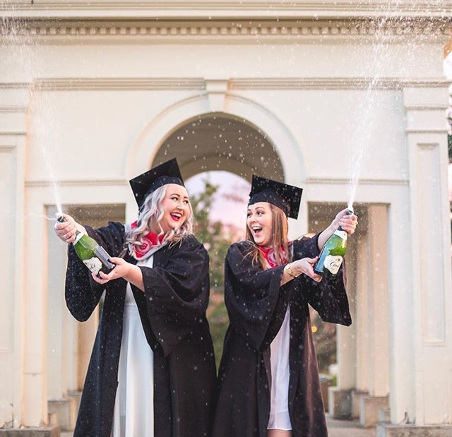 C E L E B R A T E 🙌🎓 I'm pretty obsessed with these photos-with-your-bestie-graduation-vibes