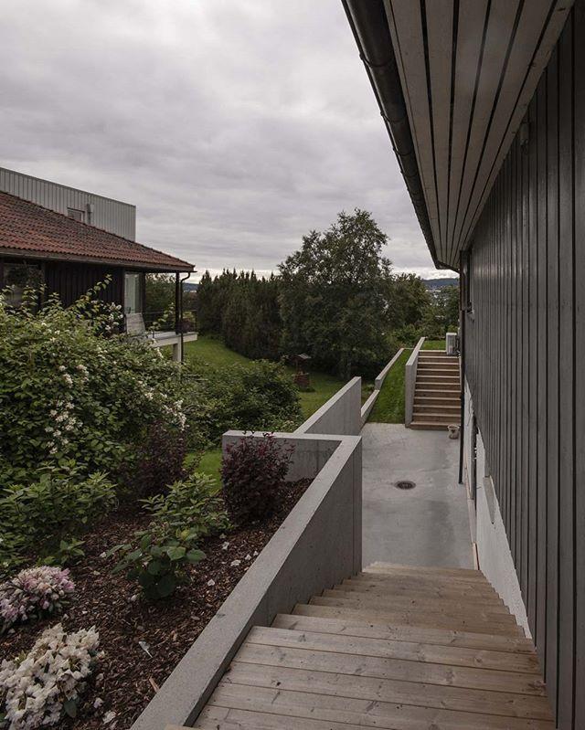 Støttemurer med tilhørende uteplass, nærmer seg ferdig for en bolig i Trondheim.