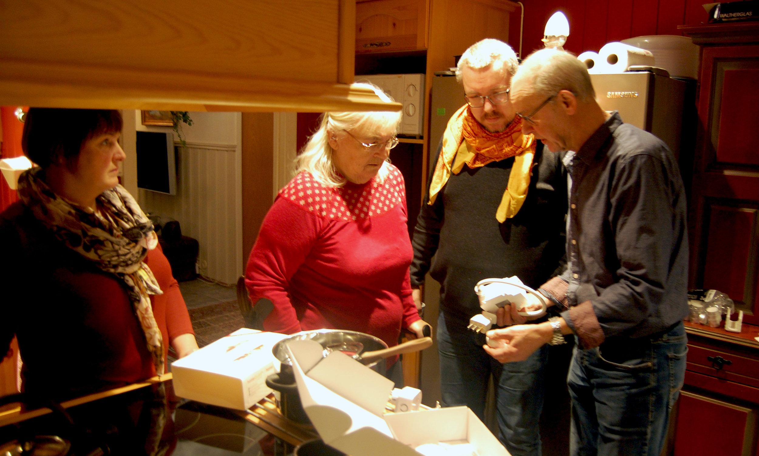 Åsta følger med når Reidar pakker ut systemet som skal hjelpe henne med brannsikkerheten på kjøkkenet.