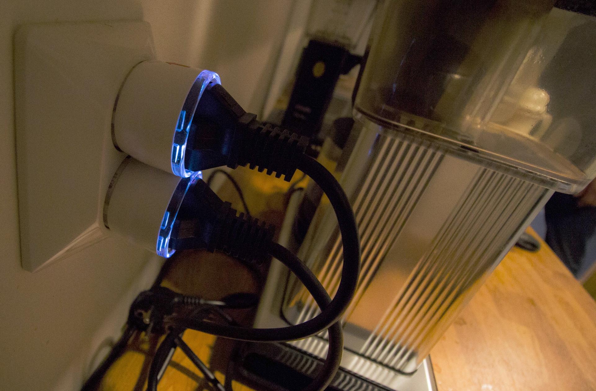 Brytere for kaffetrakter og vannkoker montert og aktivert.