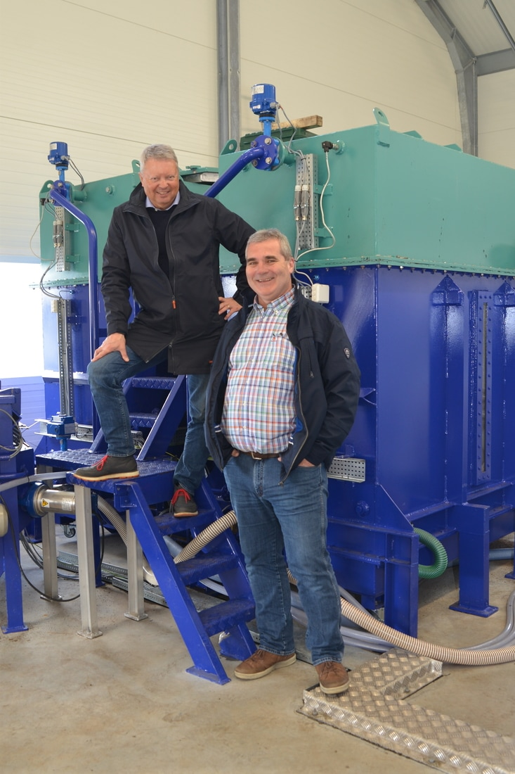 Renseanlegg i full drift. Fra venstre; styreleder Hans Runshaug og daglig leder Jan Legreid.