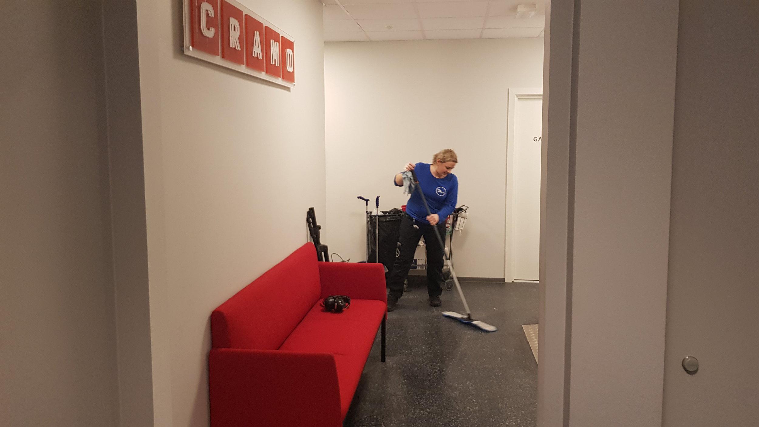 Karolina i full gang med  regelmessig renhold  for Cramo.