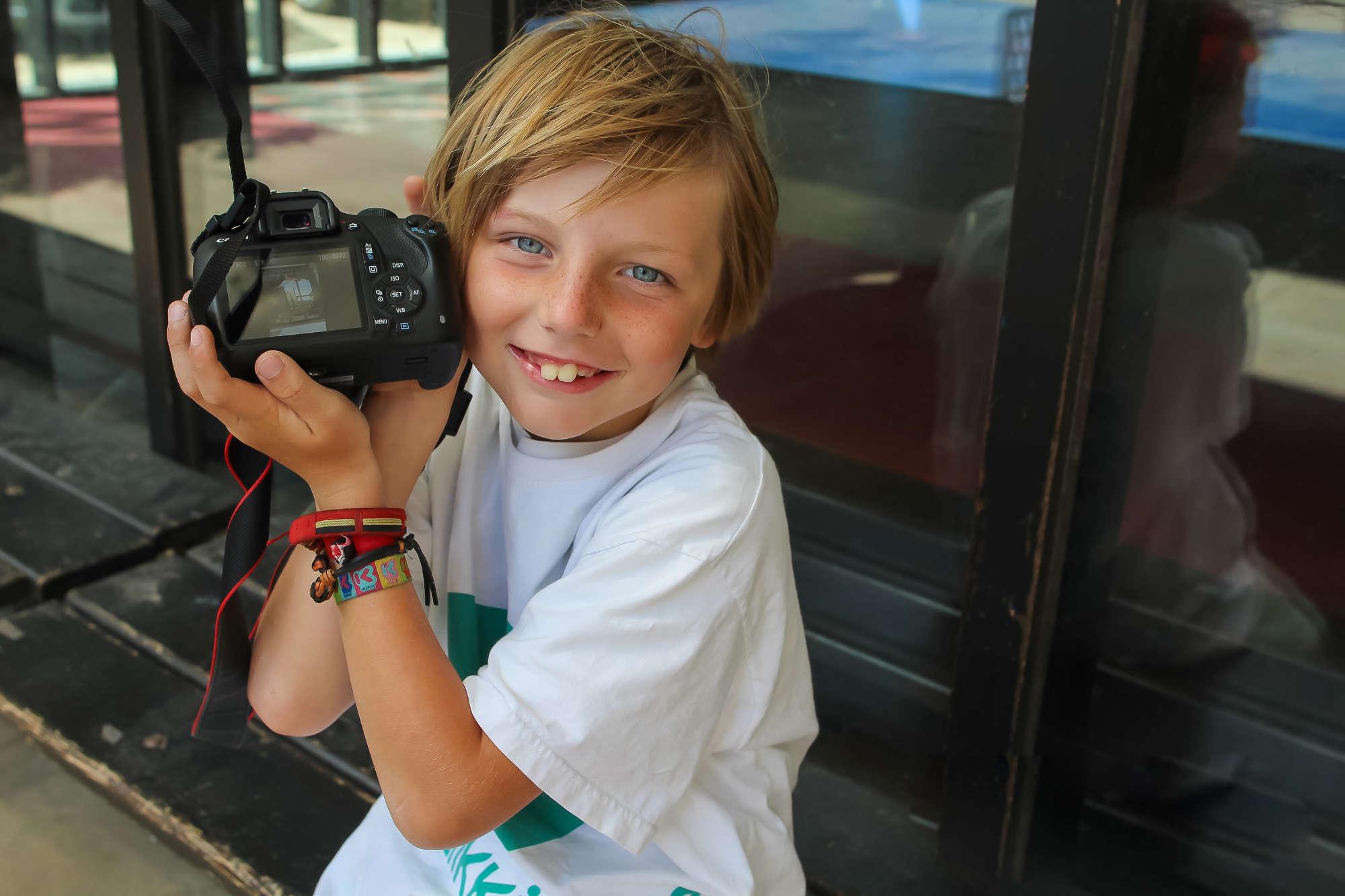 Elk kind oefent met een spiegelreflexcamera.