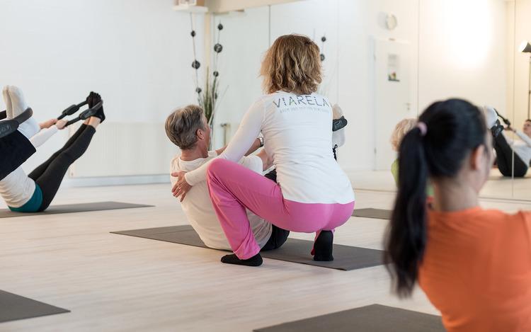 Yogilates, Hip Fit und Salsa Move - Bewegung zu temperamentvoller Musik, als Vorbereitung auf eine Knie- oder Hüft-OP oder als Verbindung von Yogaelementen mit Pilatesübungen.MEHR ERFAHREN ➝